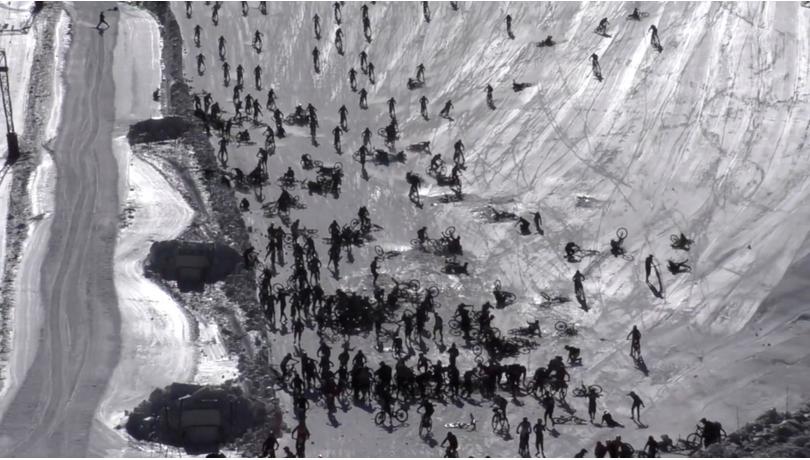 """法国""""地狱之山""""自行车速降比赛大型撞车现场:数百名选手相撞"""