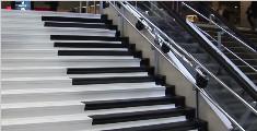 """国外设计师把""""钢琴""""安在楼梯上"""