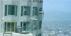 美国联邦银行建造透明滑梯,位于270米的高空,控制不了方向