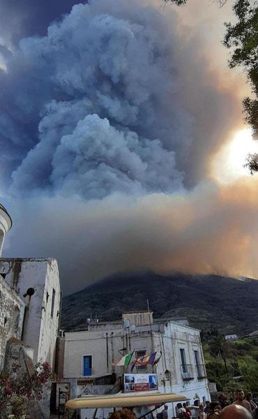 意大利斯特隆博利火山爆发 游客纷纷跳海躲避熔岩