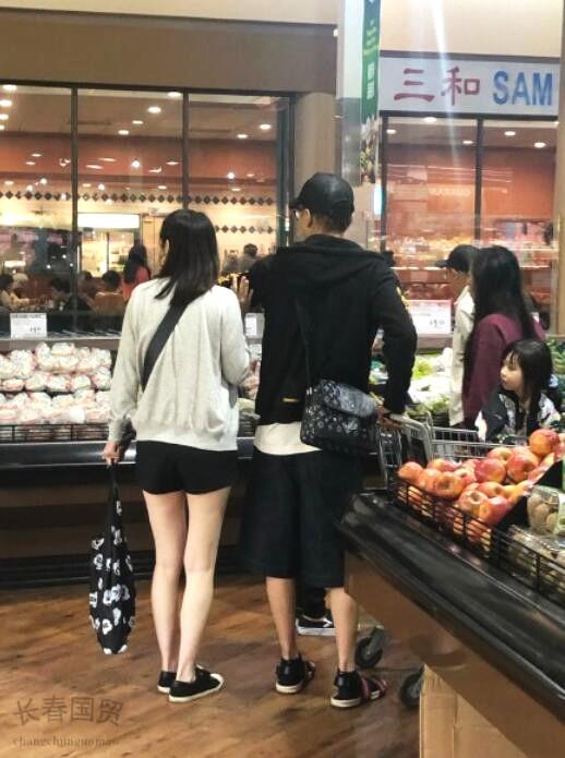 洪欣张丹峰携女儿美国度假 一家三口逛超市很温馨