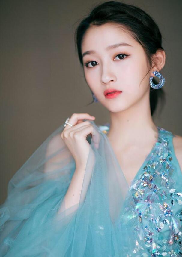 """关晓彤真是美翻了,穿蓝色吊带礼服裙,美成""""蓝精灵""""气质俱佳"""