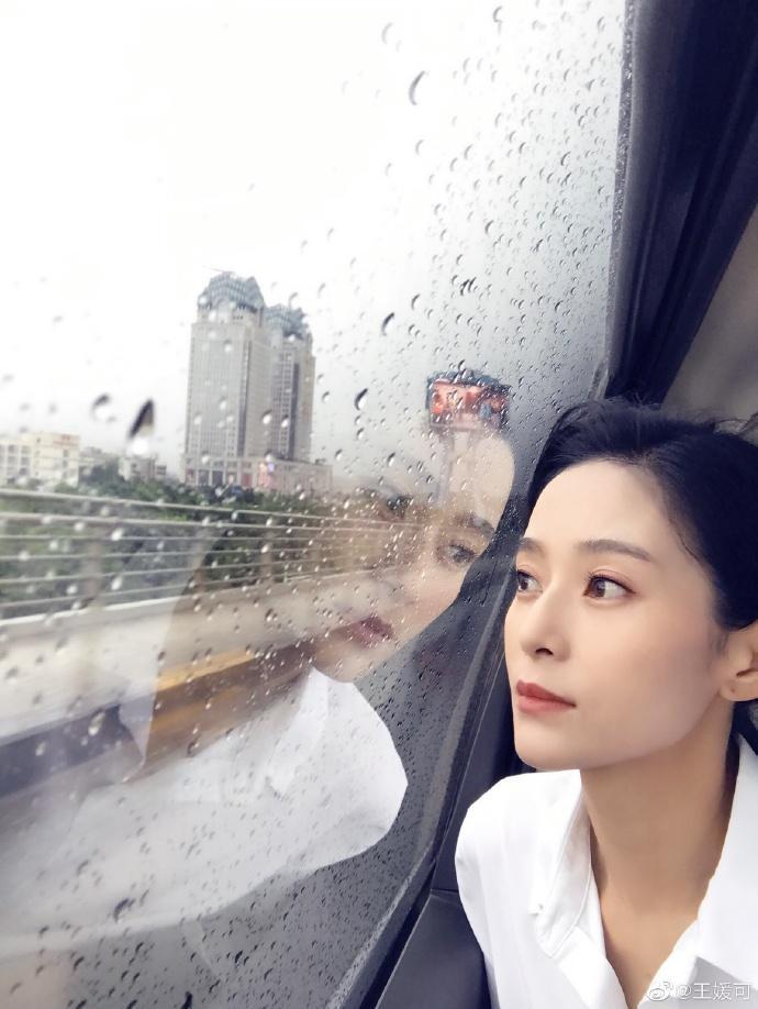 王媛可侧颜吸睛 雨中放空故事感十足