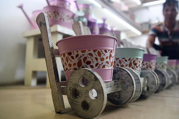 钦州:废物环保手工艺品俏销海外