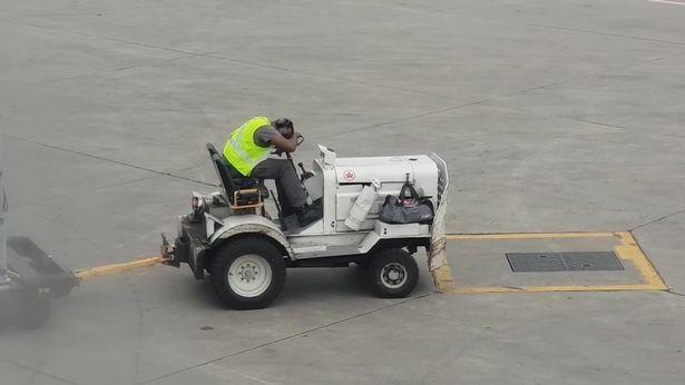 加拿大多伦多机场一男子工作时睡着 被飞机上乘客拍下