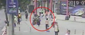 女子街头被陌生男子迎面一拳