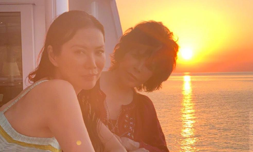 50岁邓文迪晒游轮照 与朋友出海享受生活