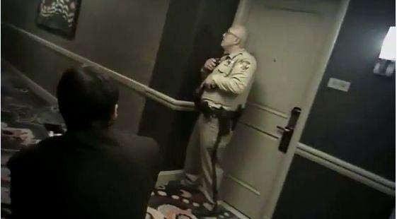 当机关枪扫射人群,离枪手咫尺的警察却吓到无法动弹
