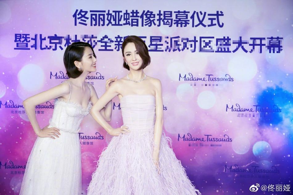 佟丽娅辞演新剧后为蜡像揭幕 穿白纱裙心情似不受影响