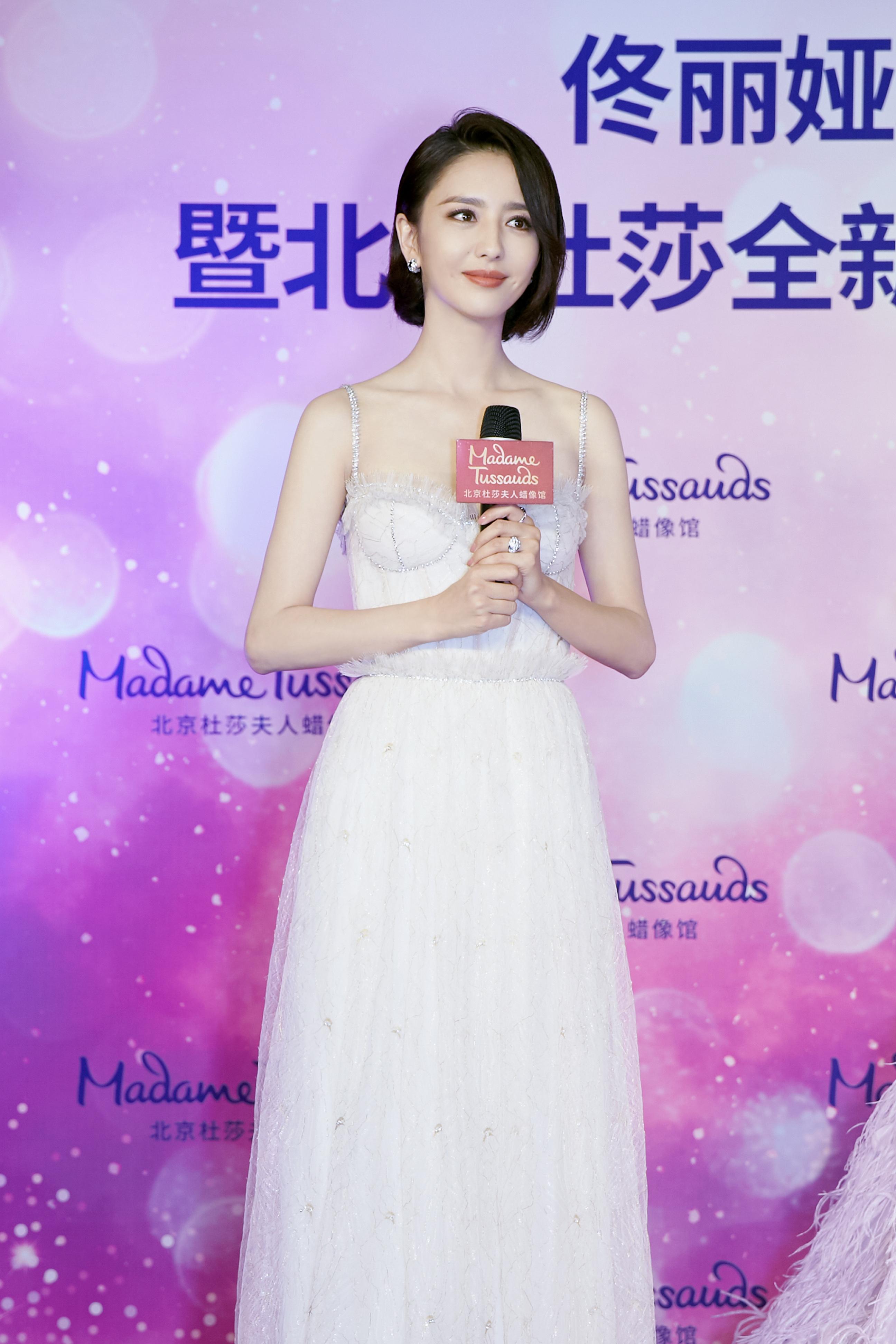 佟丽娅为蜡像揭幕 乳白色薄纱长裙似仙女