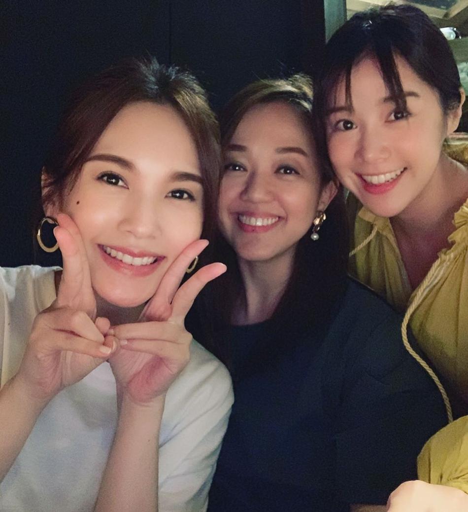 杨丞琳晒与闺蜜聚会合照 对镜甜笑开心比耶气色佳