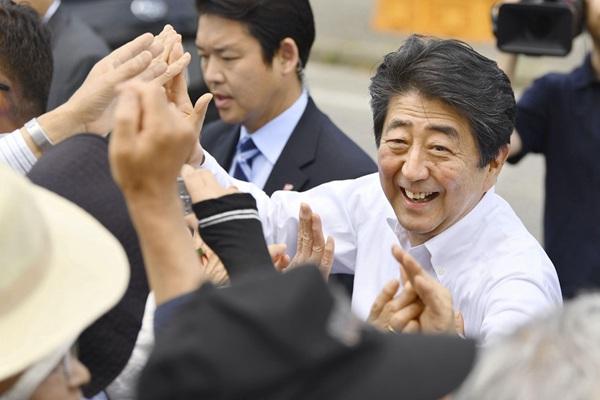 日本首相安倍赴新潟縣拉票 與圍觀民眾擊掌互動