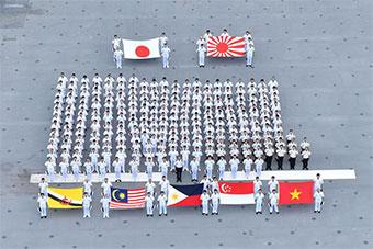 日環東南亞海上演習 參加國國旗在日軍艦上同框