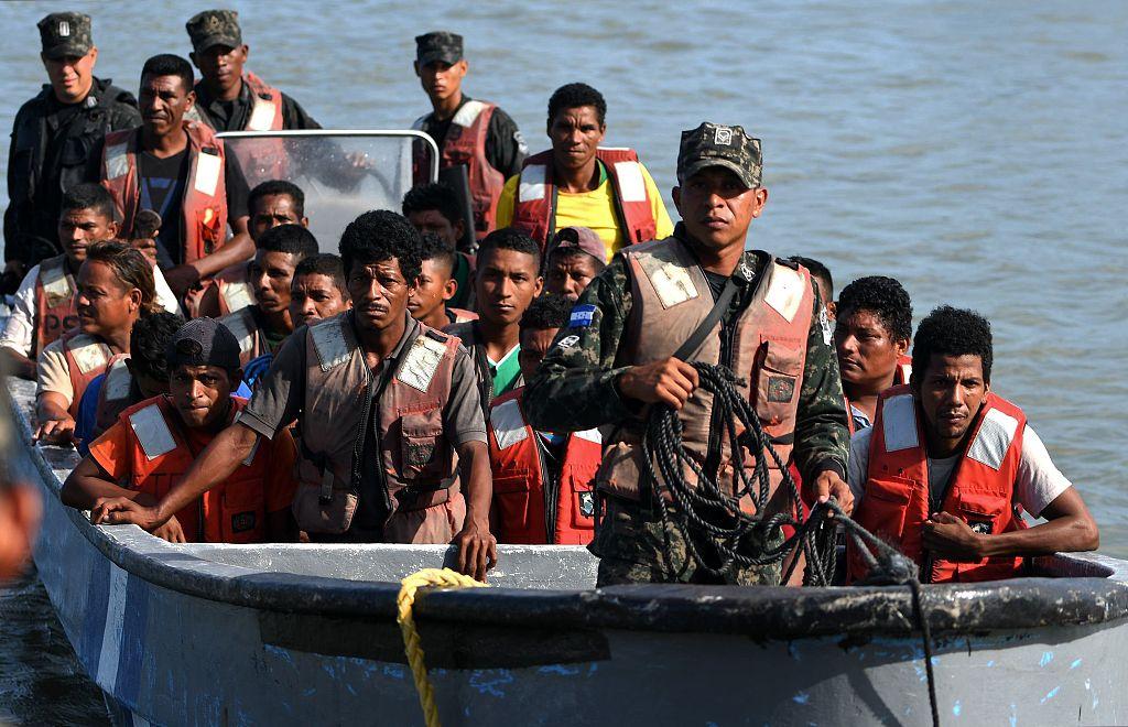 洪都拉斯一渔船因超载倾覆 获救船员被送至海军基地