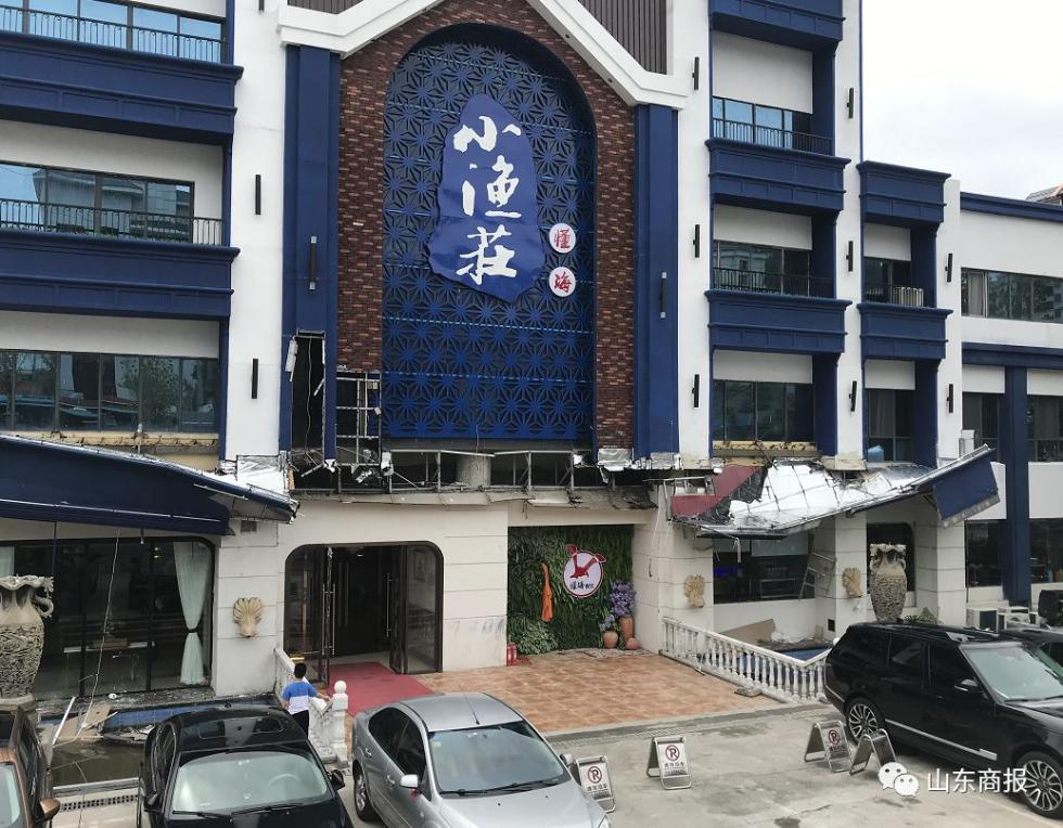 突发!大雨过后,济南一酒店门楼发生坍塌!