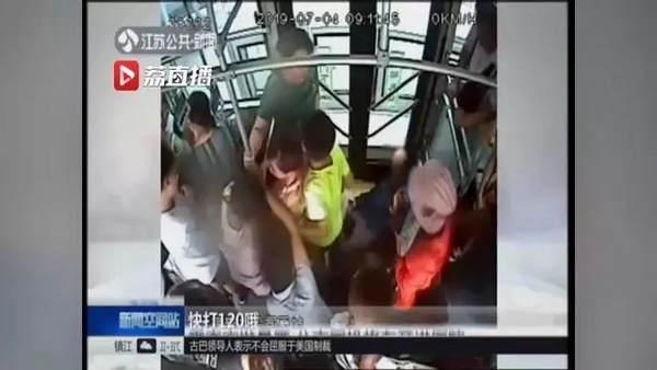 江苏快3:乘客突发晕厥 公交司机将车开进医院