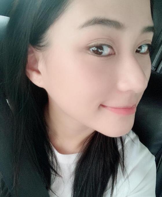 """何超莲为男友首染黑发 只因窦骁喜欢""""黑长直""""女生"""