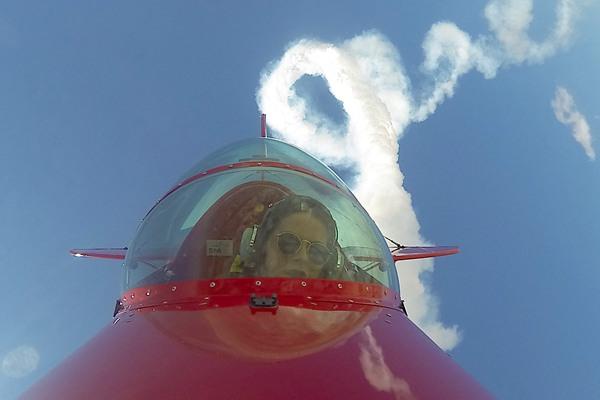 土耳其第一位职业女性杂技飞行员飞行表演 纪念空中烈士