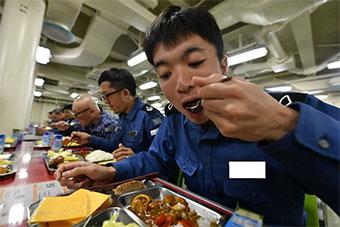 日海自印太派遣訓練進入尾聲 艦員享受海軍咖喱