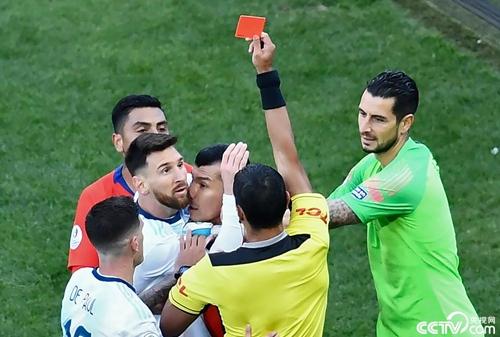 美洲杯上被红牌罚下,梅西拒绝领奖:不想成为腐败的一份子
