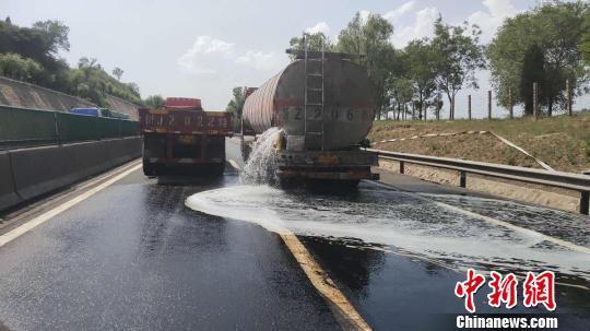 山西:载30吨柴油的罐车发生碰撞 柴油持续喷泄