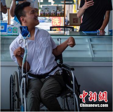"""残疾小伙用舌头做电商 """"舌尖上的网店""""打开致富门"""