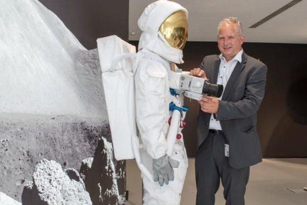 阿波羅登月第一批照片使用鏡頭展出