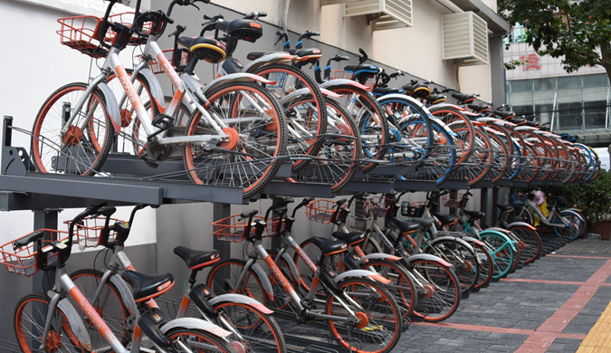郑州街头现共享单车立体车库 可停放58辆共享单车
