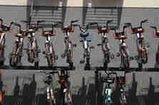 郑州街头现共享单车立体车库