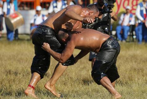 土耳其举行涂油摔跤比赛 猛男肉搏满屏油腻