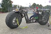 大爷打造一辆巨型自行车