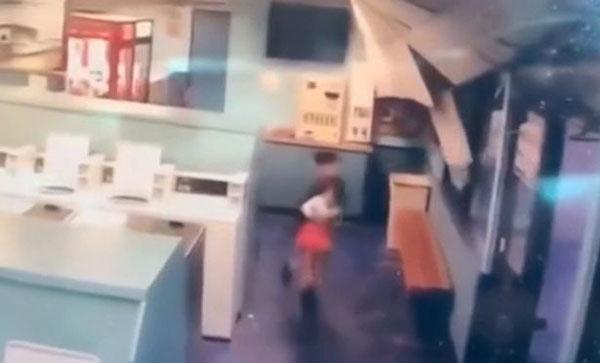 美国加州小男孩地震时抱起小女孩逃跑 被称小英雄