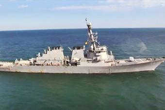 美军舰在克里米亚附近演习 头顶突然飞来俄战机