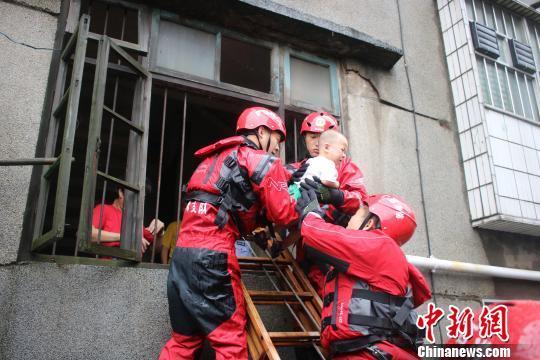 广西桂林一宿舍内涝致18户26人被困 消防紧急营救