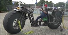 大爷打造一辆巨型自行车,重量高达950公斤
