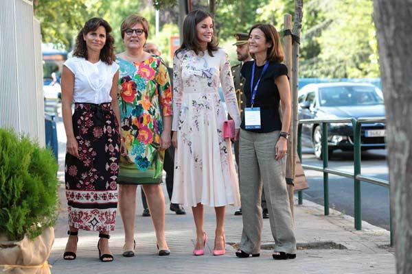 西班牙王后萊蒂西亞出席抗癌活動 與友人當街熱聊