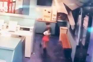 美国加州小男孩地震时抱起小女孩逃跑