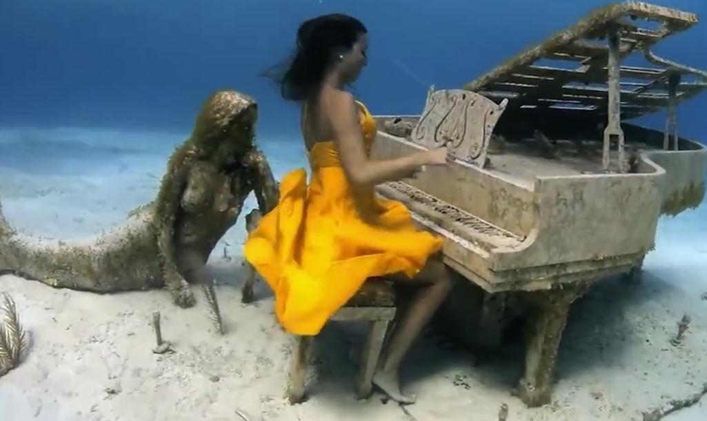 外国男子在海底下潜水,却看见有人在弹钢琴,这是怎么回事?