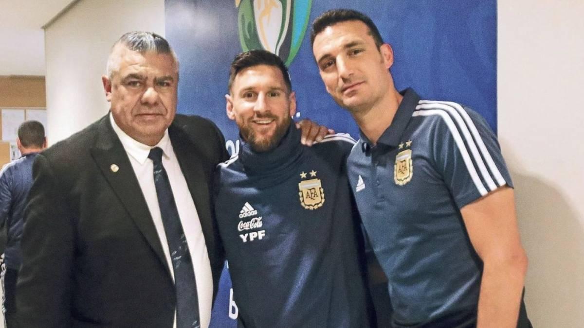 梅西笑着合影阿根廷两大巨头 主帅帅位彻底稳了?