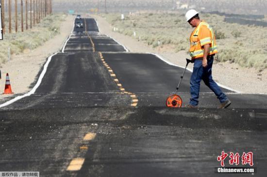 当地时间7月5日晚8时19分,美国南加州发生里氏7.1级地震。这是过去34个小时之内,强震第二次袭击南加州。图为加州一处公路在地震中被形成波浪曲线。