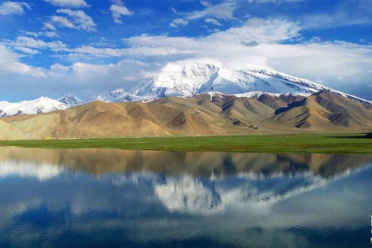 航拍夏日新疆喀拉库勒湖