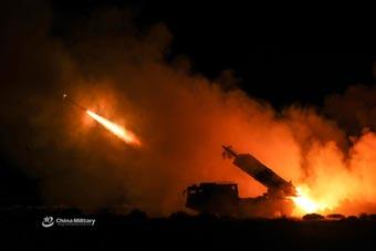 重火力沸腾夜空!解放军远程火箭炮练夜间齐射