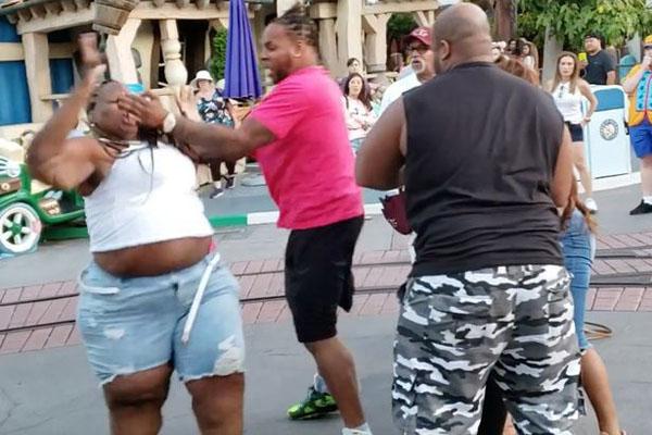美加州迪士尼乐园发生暴力斗殴 乐园称绝不原谅