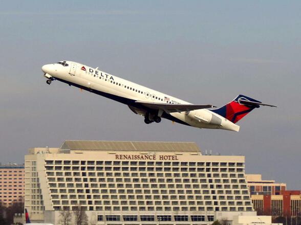星斗变稀有怪(吴翔达)达美航空一客机因引擎毛病紧迫下降,机上乘客:听到轰鸣声,烟涌入机舱