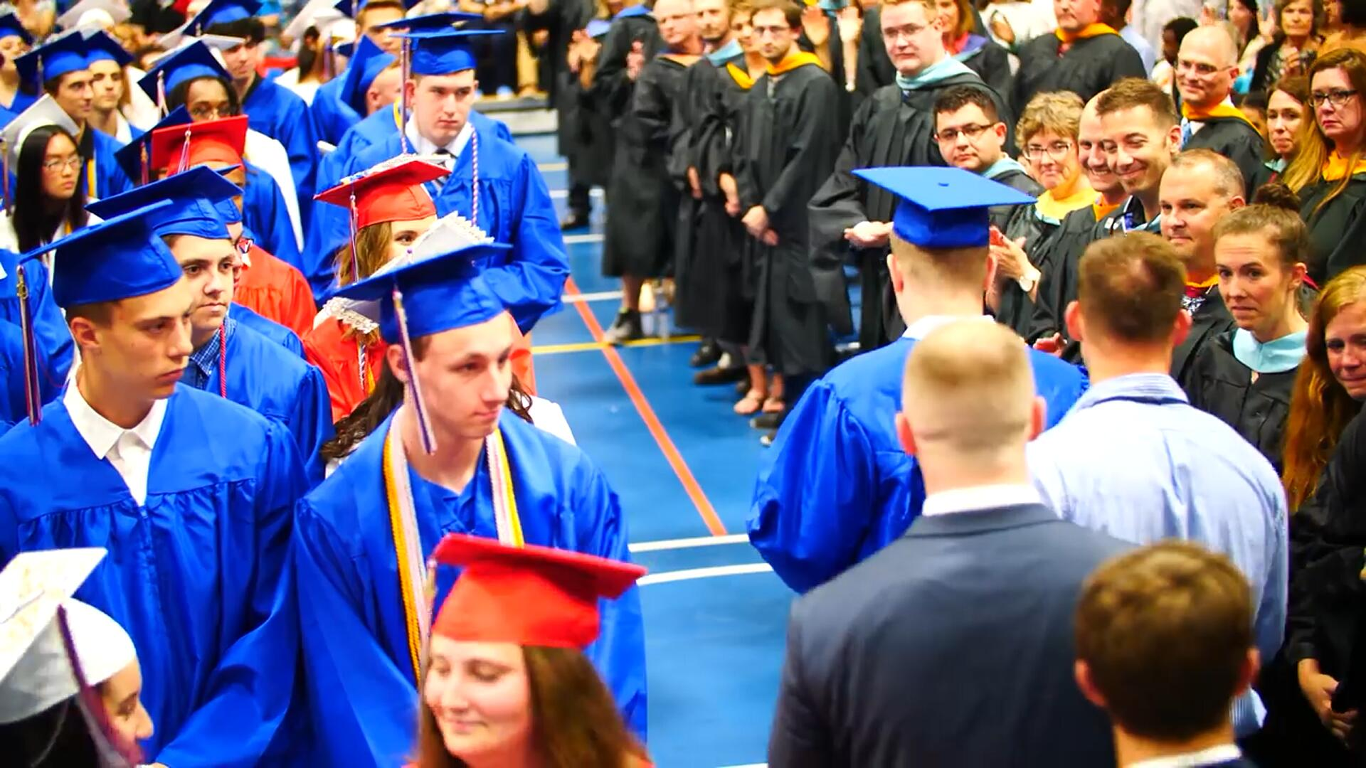 自闭症学生参加毕业典礼 台下同学做出感人举动