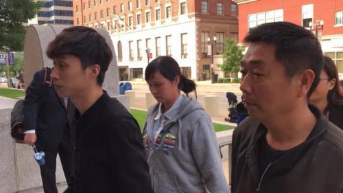 章父章荣高(右)、母叶丽凤(中)、弟弟章新阳(左)。(图片来源:美国《世界日报》黄惠玲 摄)