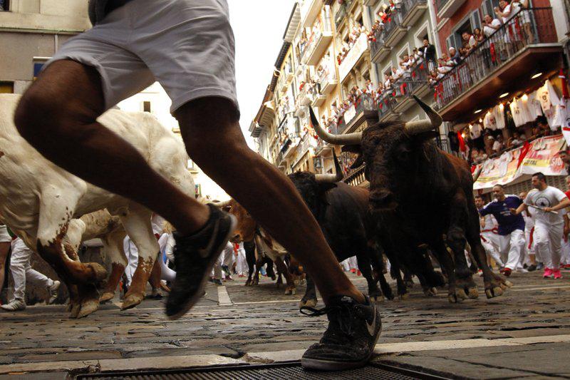 孙红雷那英集会(清穿之相如以默)惊险!美国男人想和公牛玩自拍 被牛角扎进脖子