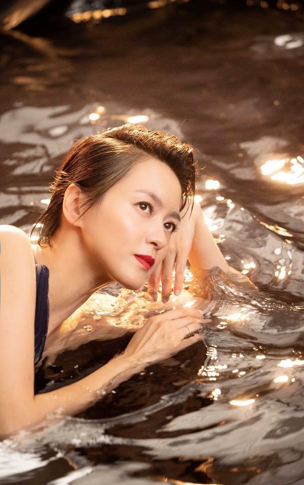 梁咏琪浸水中拍写真工作人员不停泼水 肌肉酸痛也没怨言