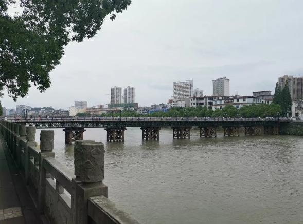 江西宜春秀江临时人行钢便桥被洪水冲毁,未造成人员伤亡