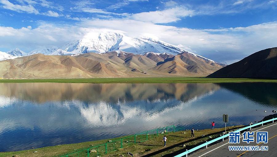 航?#21335;?#26085;新疆喀拉库勒湖 景色如诗画醉游人